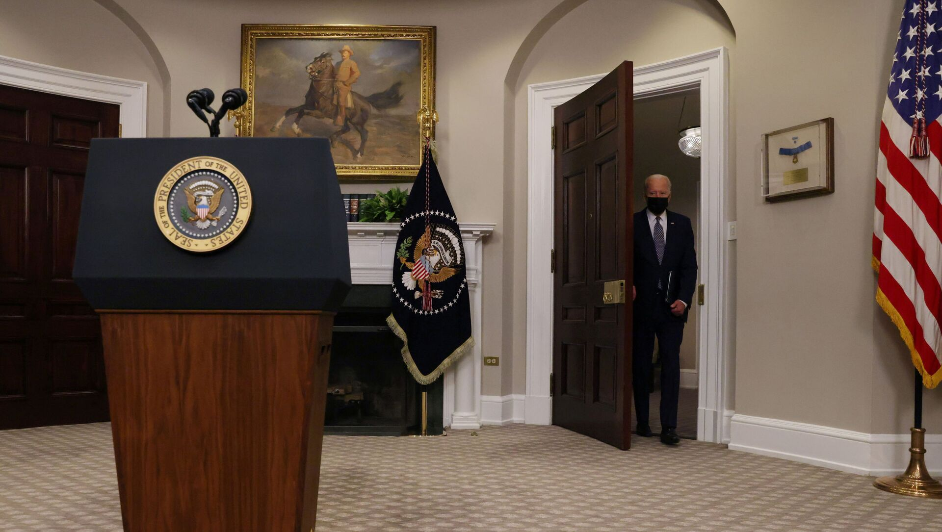 U.S. President Joe Biden enters the room to give a statement about the U.S. withdrawal from Afghanistan in the Roosevelt Room at the White House in Washington, U.S., August 24, 2021 - Sputnik International, 1920, 26.08.2021