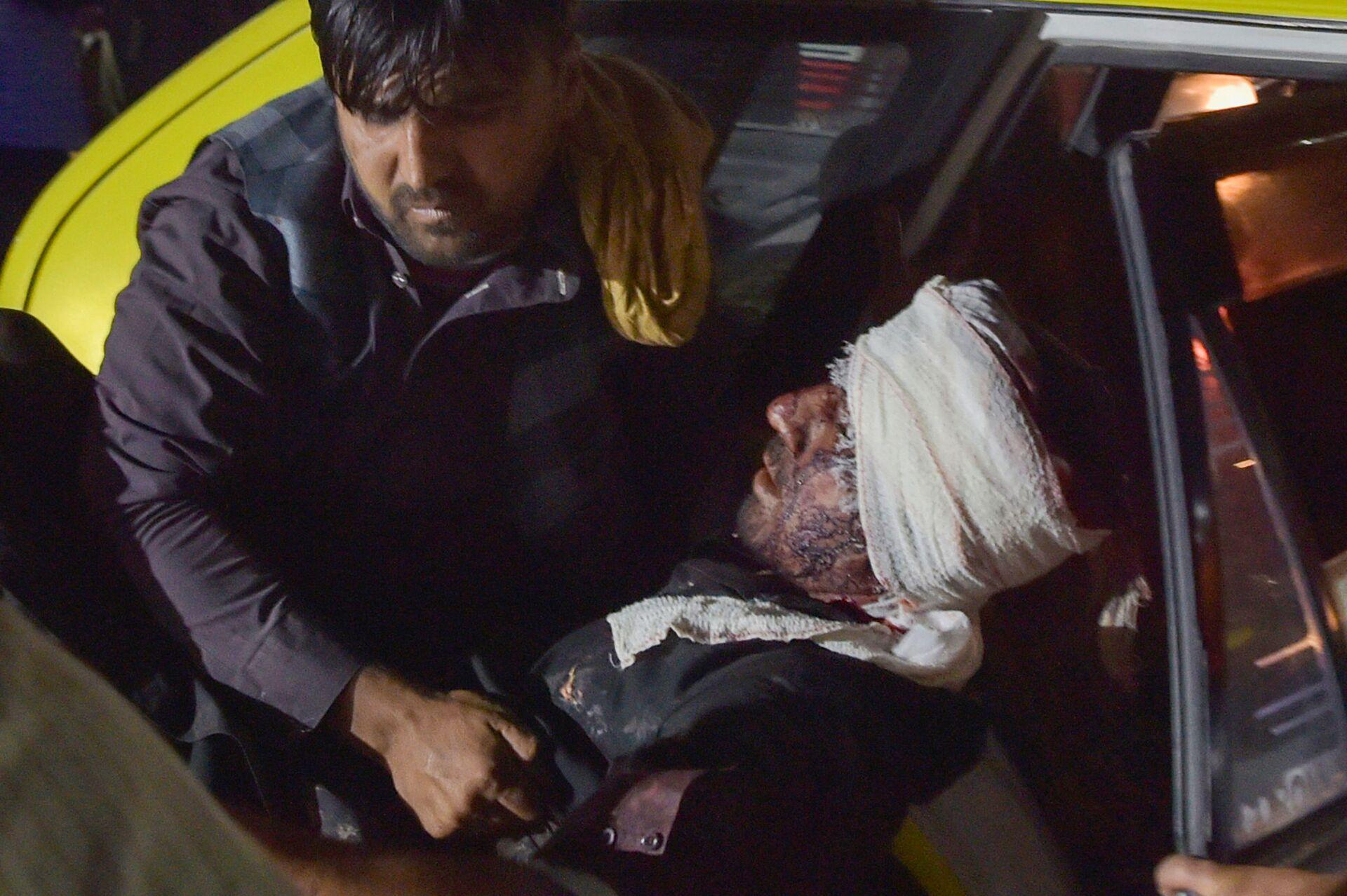 Медики помогают пострадавшим от двух мощных взрывов, произошедших в Кабуле - Sputnik International, 1920, 13.10.2021
