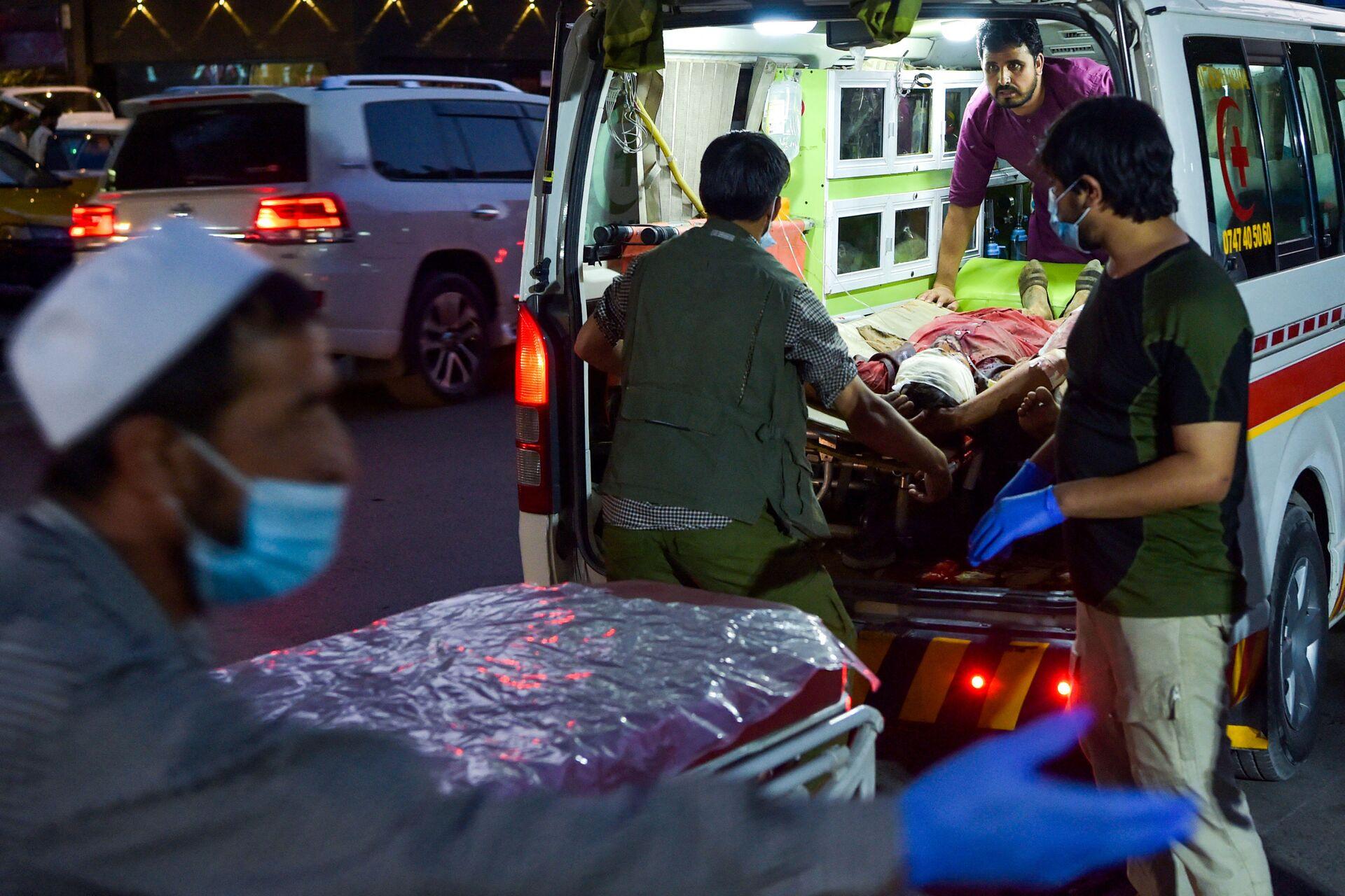 Медики помогают пострадавшим от двух мощных взрывов, произошедших в Кабуле - Sputnik International, 1920, 19.09.2021