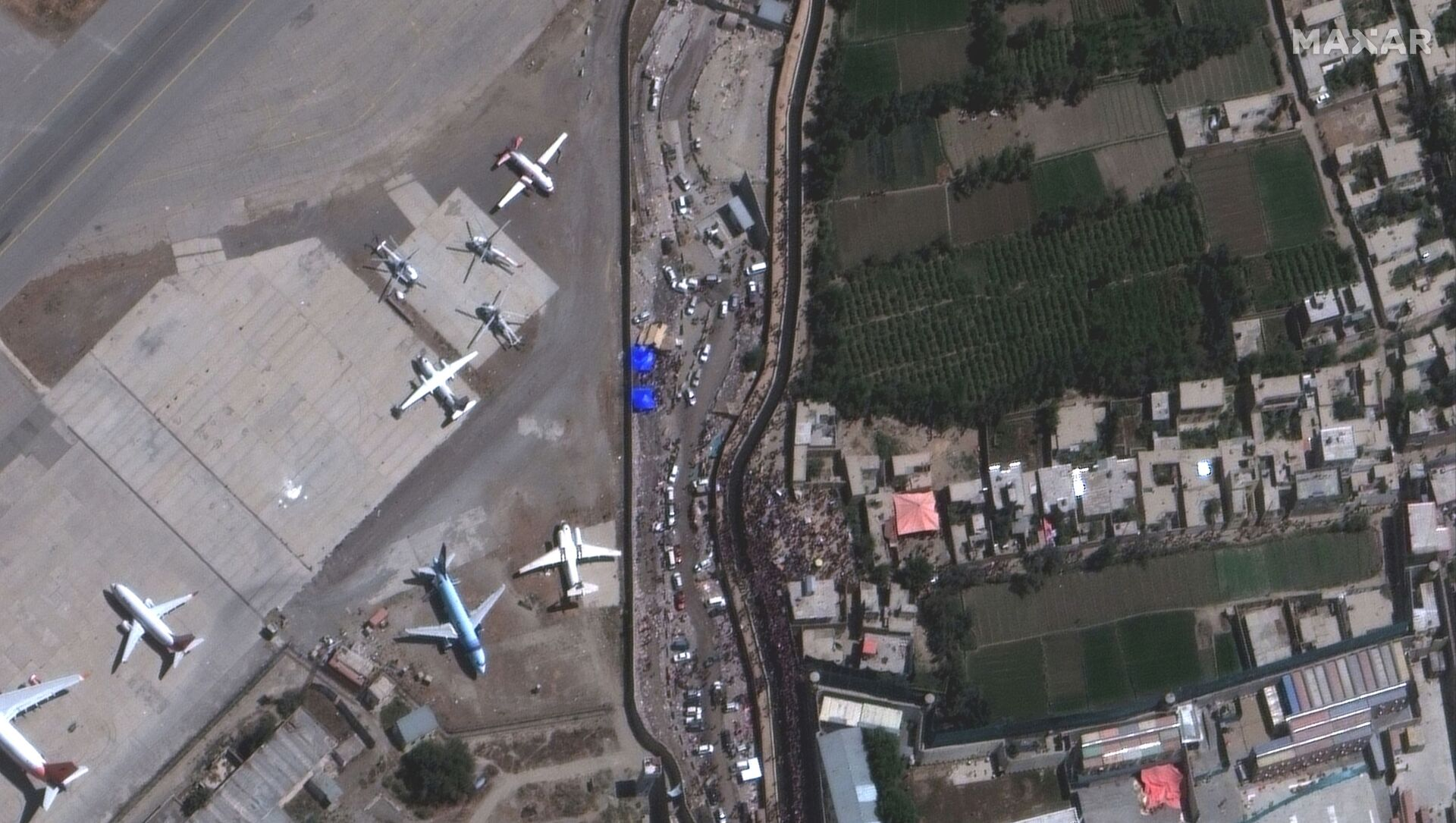 An overview of crowds at the Abbey Gate at Hamid Karzai International Airport, in Kabul, Afghanistan August 24, 2021, in this satellite image obtained by Reuters on August 26, 2021 - Sputnik International, 1920, 01.09.2021