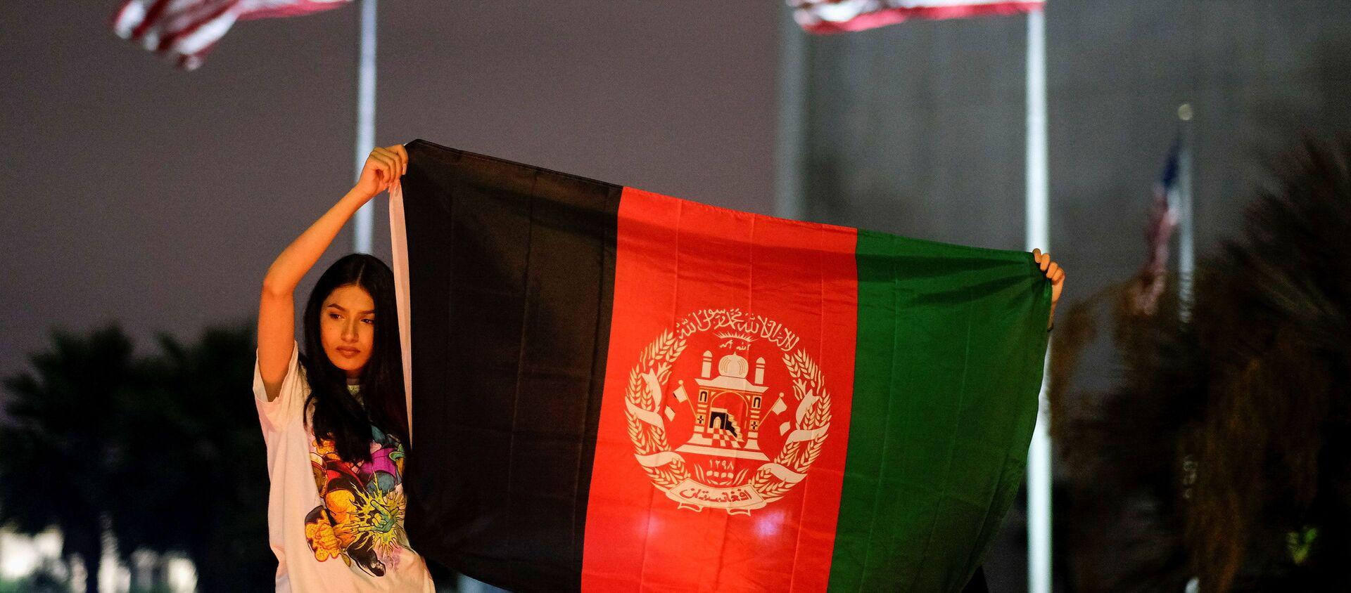 People holding an Afghan flag attend a vigil for Afghanistan outside the West LA Federal Building in Los Angeles, California, U.S. August 17, 2021 - Sputnik International, 1920, 27.08.2021