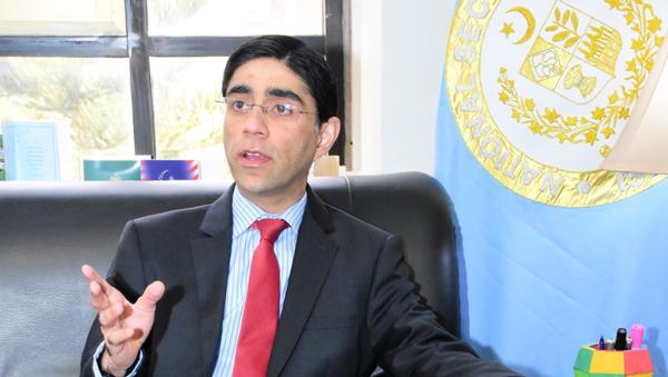 Pakistani national security adviser Moeed Yusuf speaks with reporters in Islamabad - Sputnik International