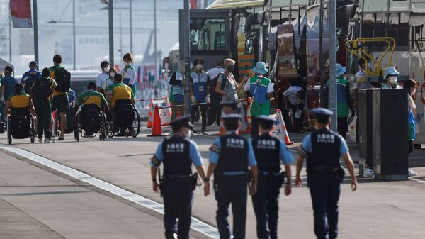 Athletes and team officials arrive at the athletes' village for Tokyo 2020 Paralympic Games ahead of the opening ceremony of the summer games, amid the coronavirus disease (COVID-19) pandemic, in Tokyo, Japan August 23, 2021 - Sputnik International