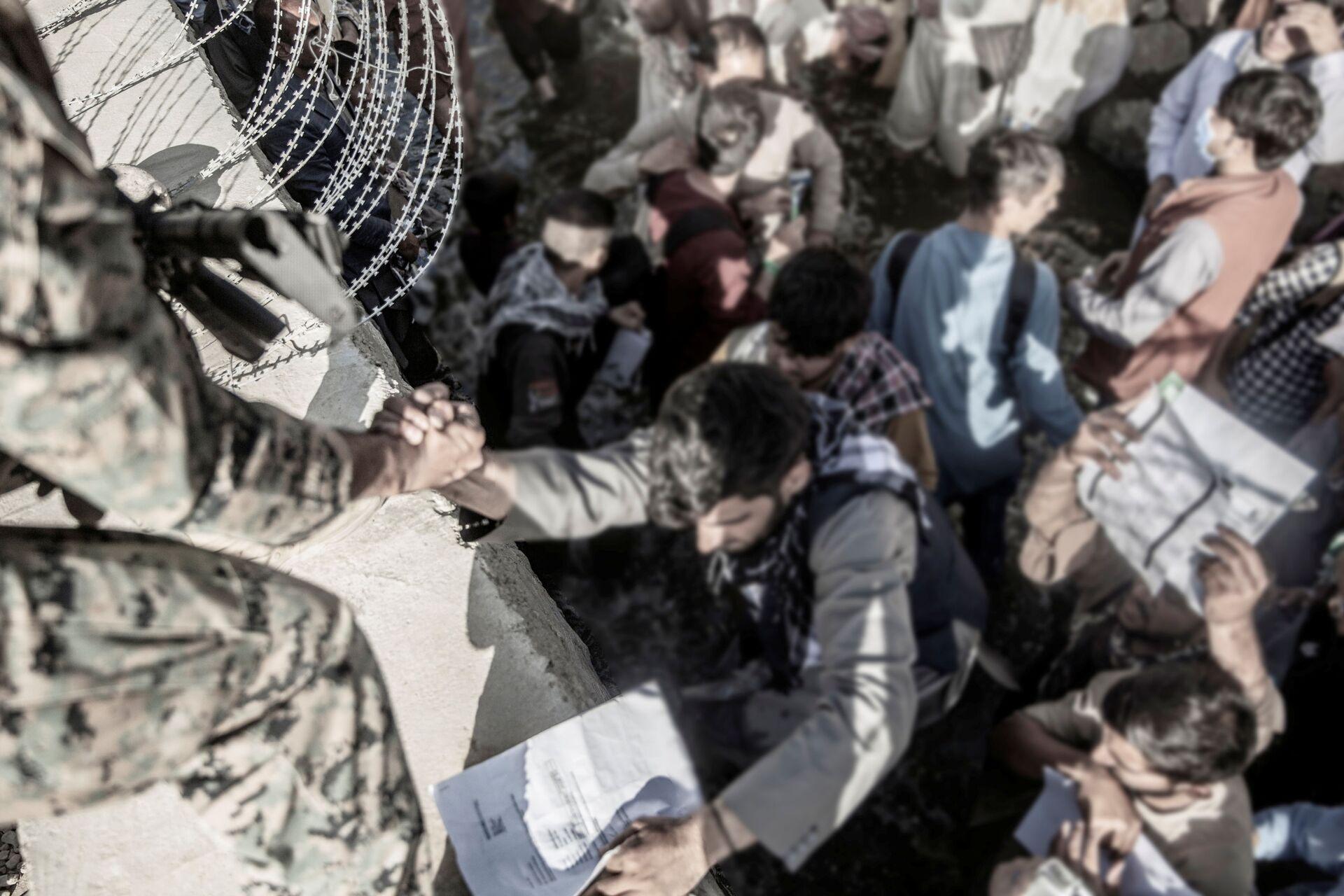 A U.S. Marine assists at an Evacuation Control Check Point (ECC) during an evacuation at Hamid Karzai International Airport, Kabul, Afghanistan, August 26, 2021.  - Sputnik International, 1920, 07.09.2021