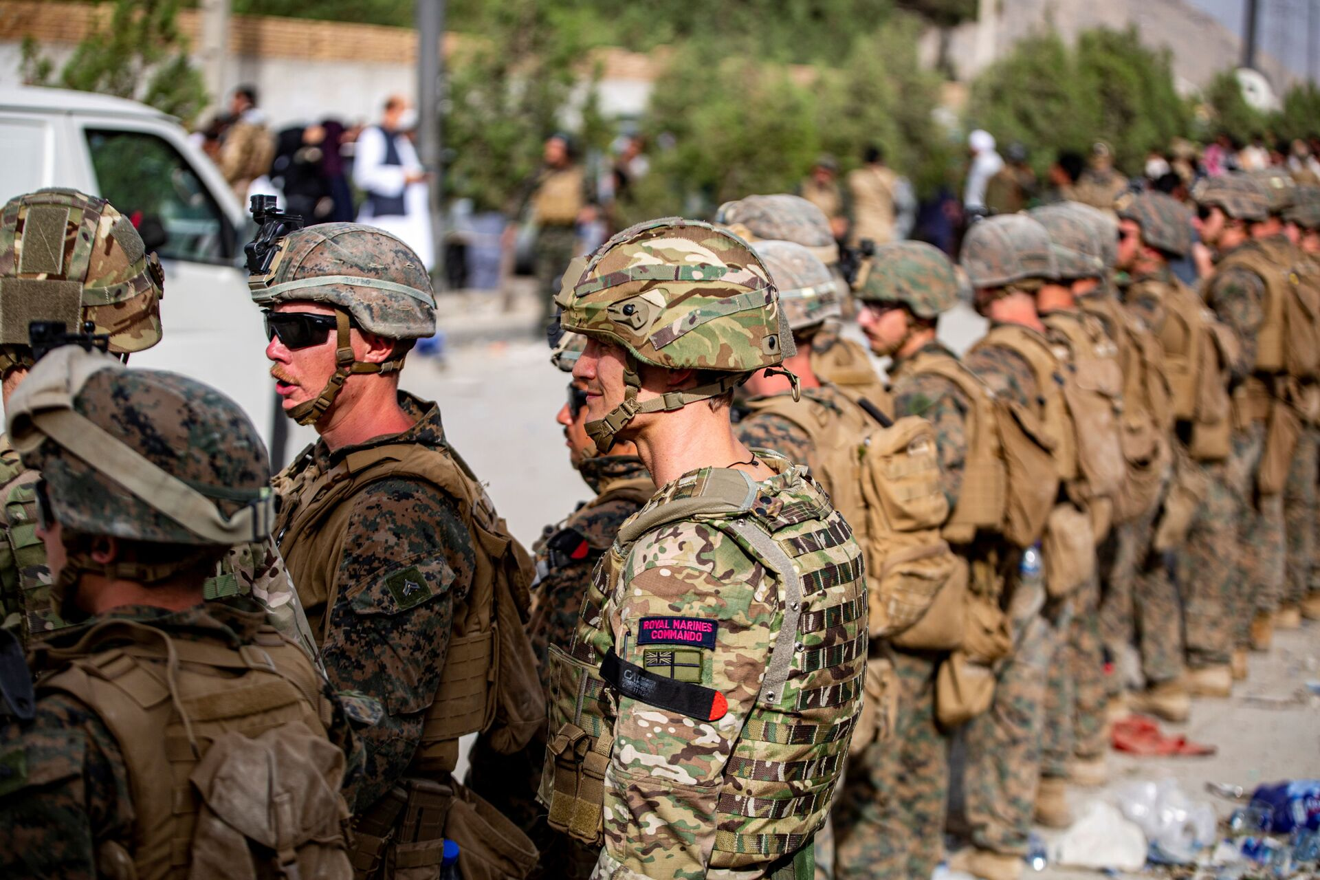 British Royal Marine Commandos and U.S. Marines assigned to the 24th Marine Expeditionary Unit work at an Evacuation Control Center (ECC) during an evacuation at Hamid Karzai International Airport, Kabul, Afghanistan, August 18, 2021 - Sputnik International, 1920, 07.09.2021