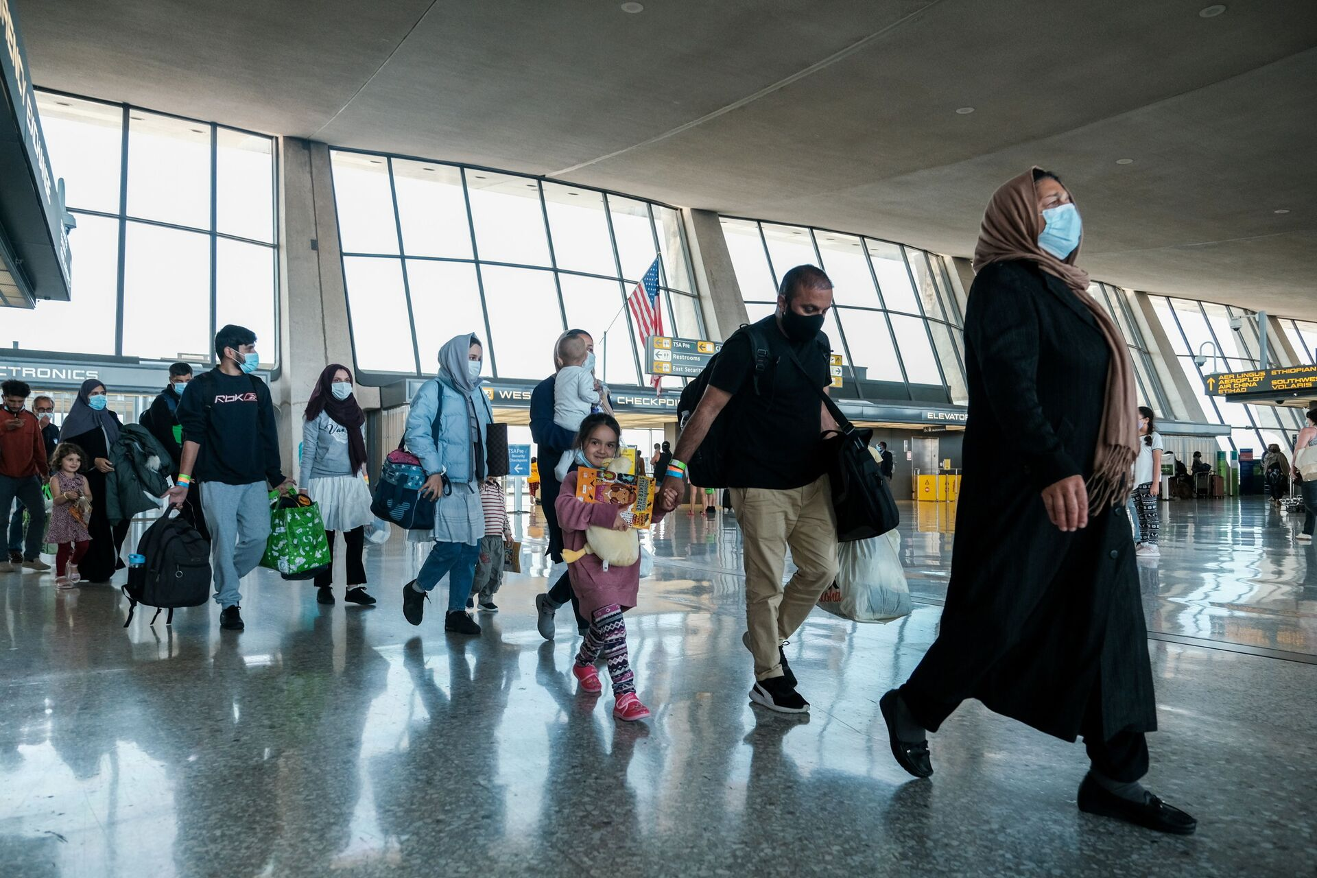 Afghan refugees walk to a bus taking them to a processing center upon arrival at Dulles International Airport in Dulles, Virginia, U.S., August 28, 2021 - Sputnik International, 1920, 07.09.2021