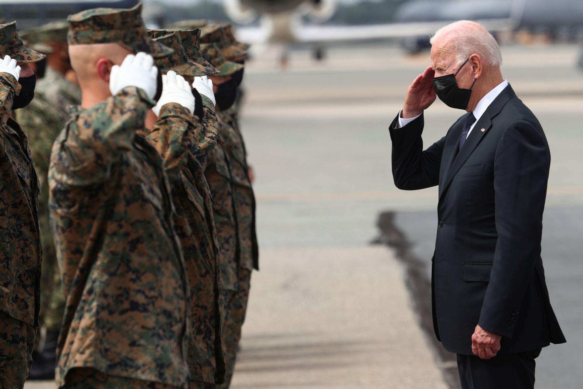 U.S. President Joe Biden salutes members of the U.S. Marine Corps Honor Guard before boarding Air Force One at Dover Air Force Base in Dover, Delaware, U.S., August 29, 2021 - Sputnik International, 1920, 10.09.2021