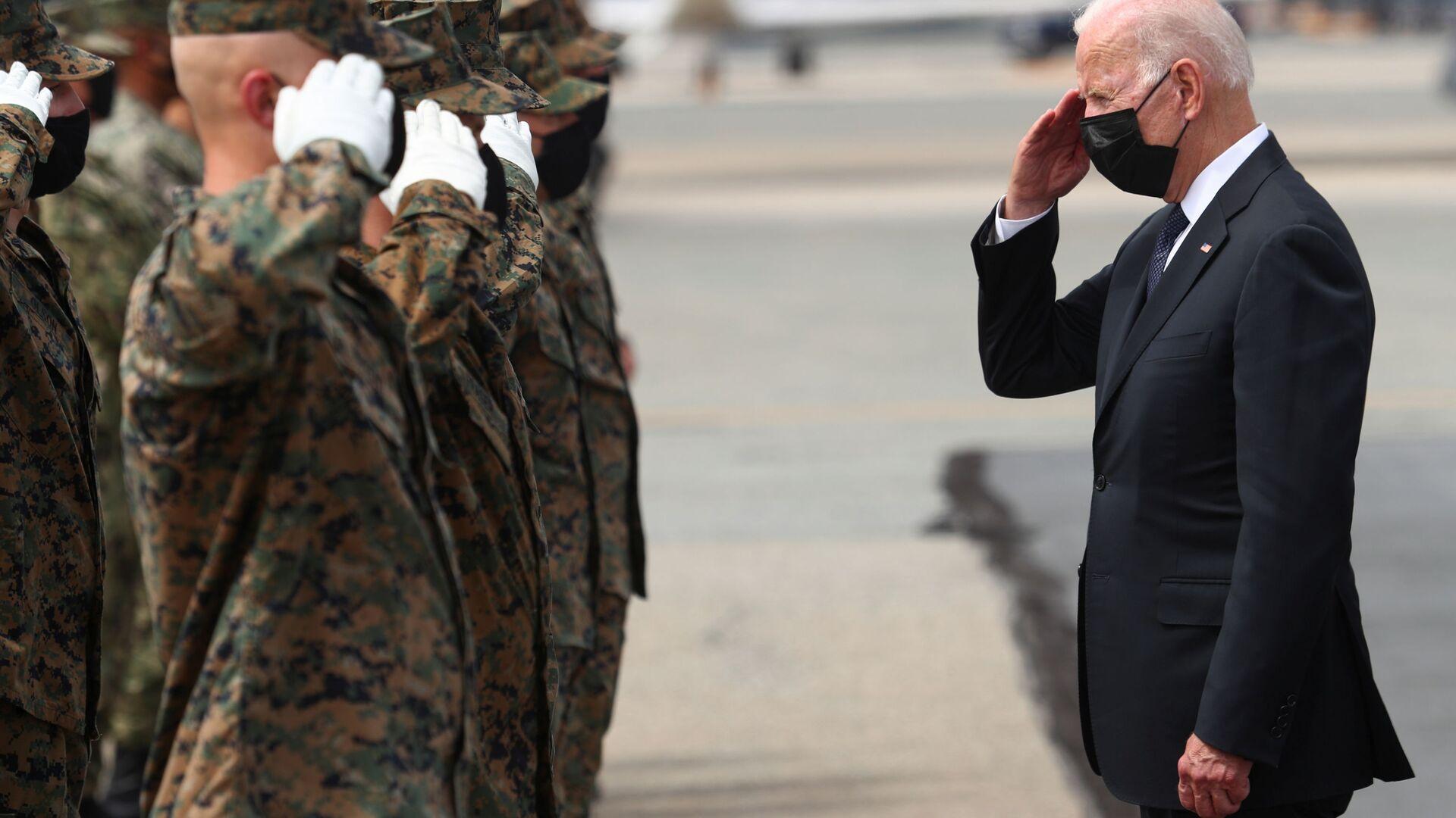 U.S. President Joe Biden salutes members of the U.S. Marine Corps Honor Guard before boarding Air Force One at Dover Air Force Base in Dover, Delaware, U.S., August 29, 2021 - Sputnik International, 1920, 01.09.2021