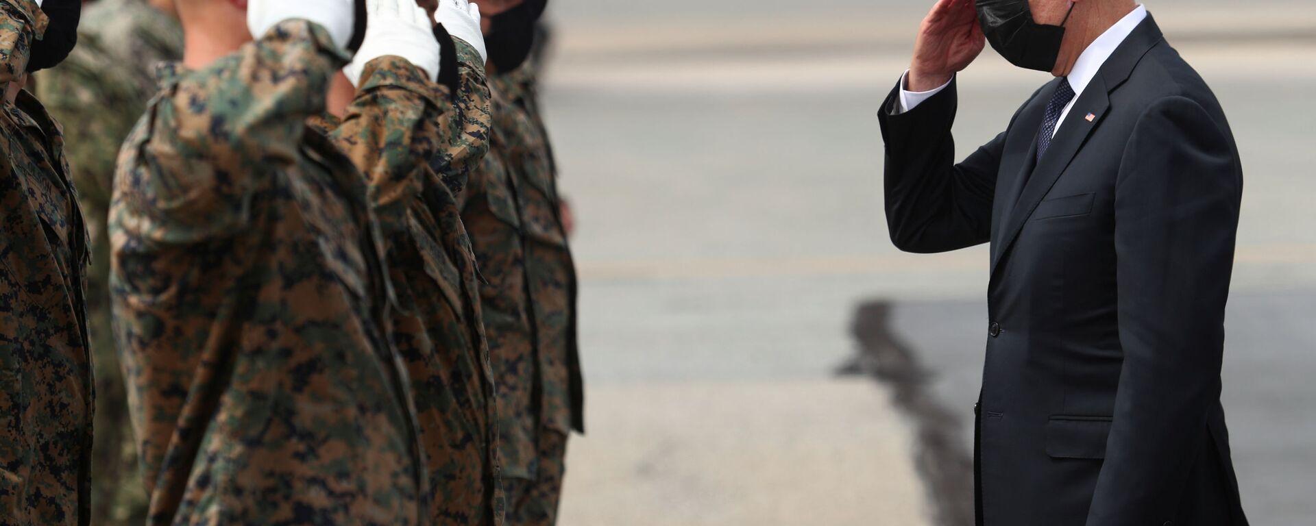 U.S. President Joe Biden salutes members of the U.S. Marine Corps Honor Guard before boarding Air Force One at Dover Air Force Base in Dover, Delaware, U.S., August 29, 2021 - Sputnik International, 1920, 29.08.2021