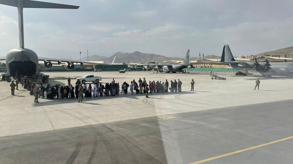 Afghan evacuees queue before boarding one of the last Italy's military aircraft C130J during evacuation at Kabul's airport, Afghanistan, August 27, 2021 - Sputnik International