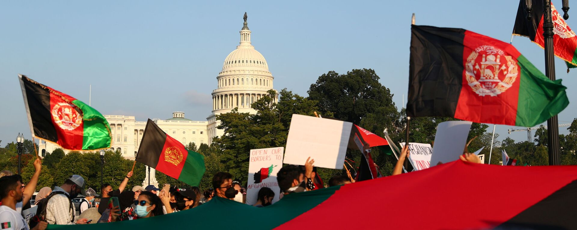 Protesters holding Afghanistan flags take part in a demonstration challenging the transparency of the evacuation process from Kabul Airport, near the U.S. Capitol, in Washington, U.S., August 28, 2021. REUTERS/Tom Brenner - Sputnik International, 1920, 31.08.2021