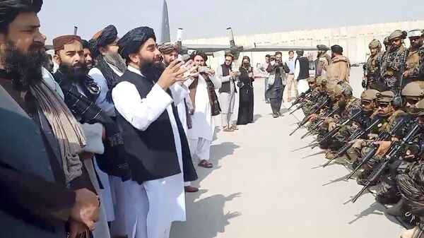 Taliban spokesman Zabihullah Mujahid speaks to Badri 313 military unit at Kabul's airport, Afghanistan on 31 August 2021 in this image obtained from a handout video. Taliban/Handout via REUTERS ATTENTION EDITORS - THIS IMAGE HAS BEEN SUPPLIED BY A THIRD PARTY. NO RESALES. NO ARCHIVES.  - Sputnik International