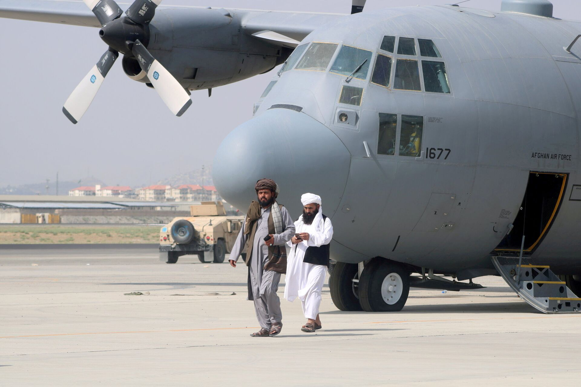 Taliban walk in front of a military airplane a day after the U.S. troops withdrawal from Hamid Karzai International Airport in Kabul, Afghanistan August 31, 2021. - Sputnik International, 1920, 07.09.2021