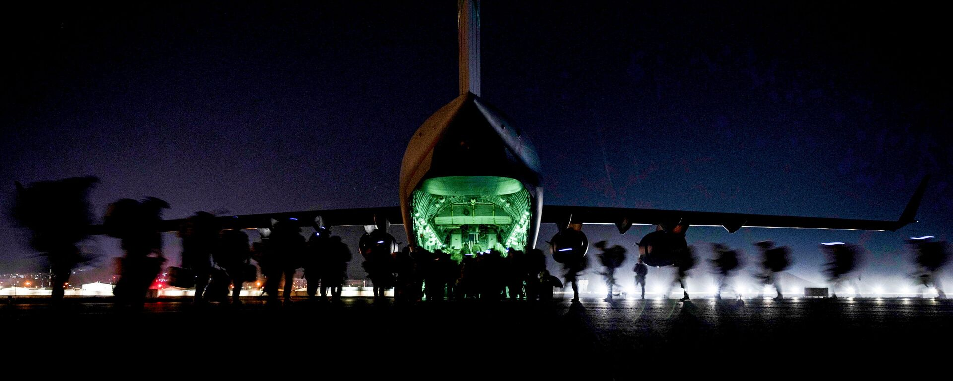 U.S. Soldiers, assigned to the 82nd Airborne Division, prepare to board a U.S. Air Force C-17 Globemaster III aircraft to leave Hamid Karzai International Airport in Kabul, Afghanistan August 30, 2021 - Sputnik International, 1920, 28.09.2021