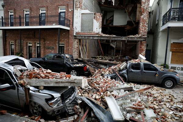 Destroyed cars are seen under debris from a collapsed facade after Hurricane Ida made landfall in Thibodaux, Louisiana, US, 1 September 2021. - Sputnik International