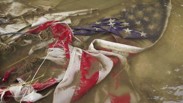 Американский флаг в вода после прохождения урагана Ида в США - Sputnik International
