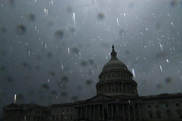 Raindrops are illuminated by a camera flash as Hurricane Ida passes over the region, at the US Capitol in Washington, US, 1 September 2021.   - Sputnik International