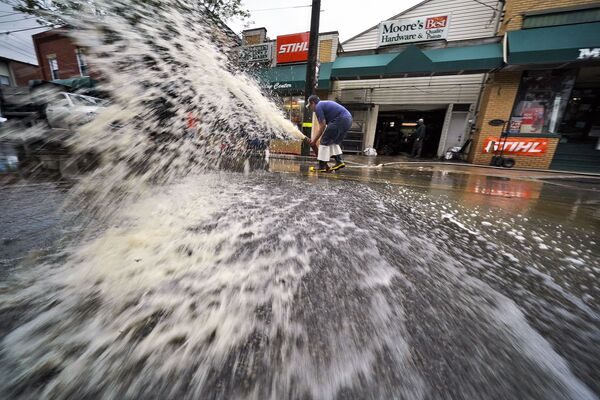 Water is pumped from the basement of a business on Noblestown Road in Oakdale, Pennsylvania during the clean-up following flooding after downpours and high winds from the remnants of Hurricane Ida. - Sputnik International