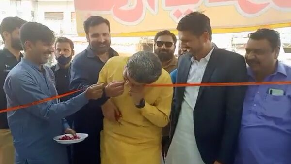 Unable to cut the ribbon with a blunt scissor, Pakistan Punjab's Jail minister and spokesperson Fayazchohanpti  did the inauguration job with his teeth - Sputnik International
