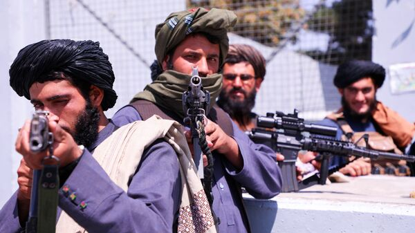 Taliban forces stand guard in front of Hamid Karzai International Airport in Kabul - Sputnik International