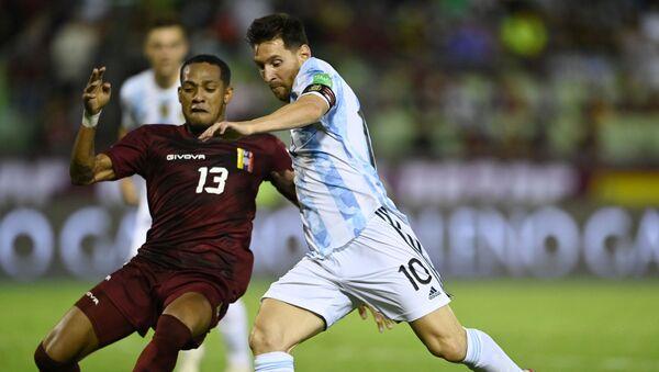 Argentina's Lionel Messi in action with Venezuela's Jose Martinez Pool - Sputnik International