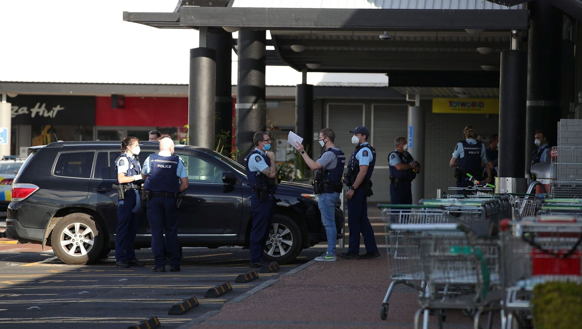 Police respond to the scene of an attack carried out by a man shot dead by police after he injured multiple people at a shopping mall in Auckland, New Zealand, 3 September 2021. - Sputnik International, 1920, 03.09.2021