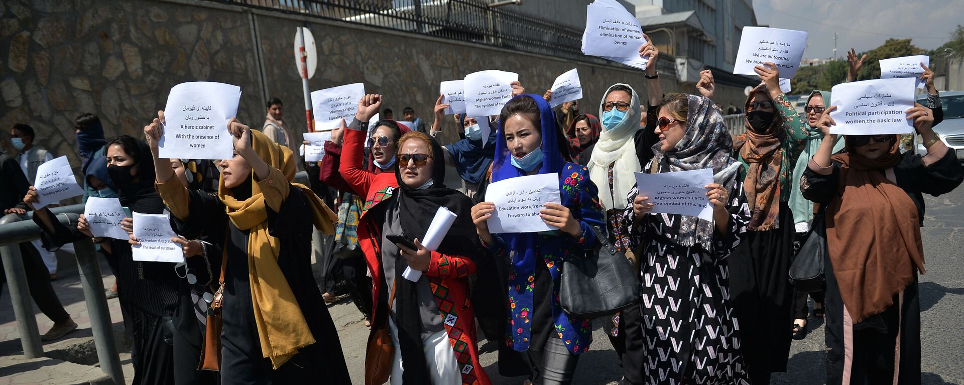 Afghan women take part in a protest march for their rights under the Taliban rule in the downtown area of Kabul on September 3, 2021.  - Sputnik International, 1920