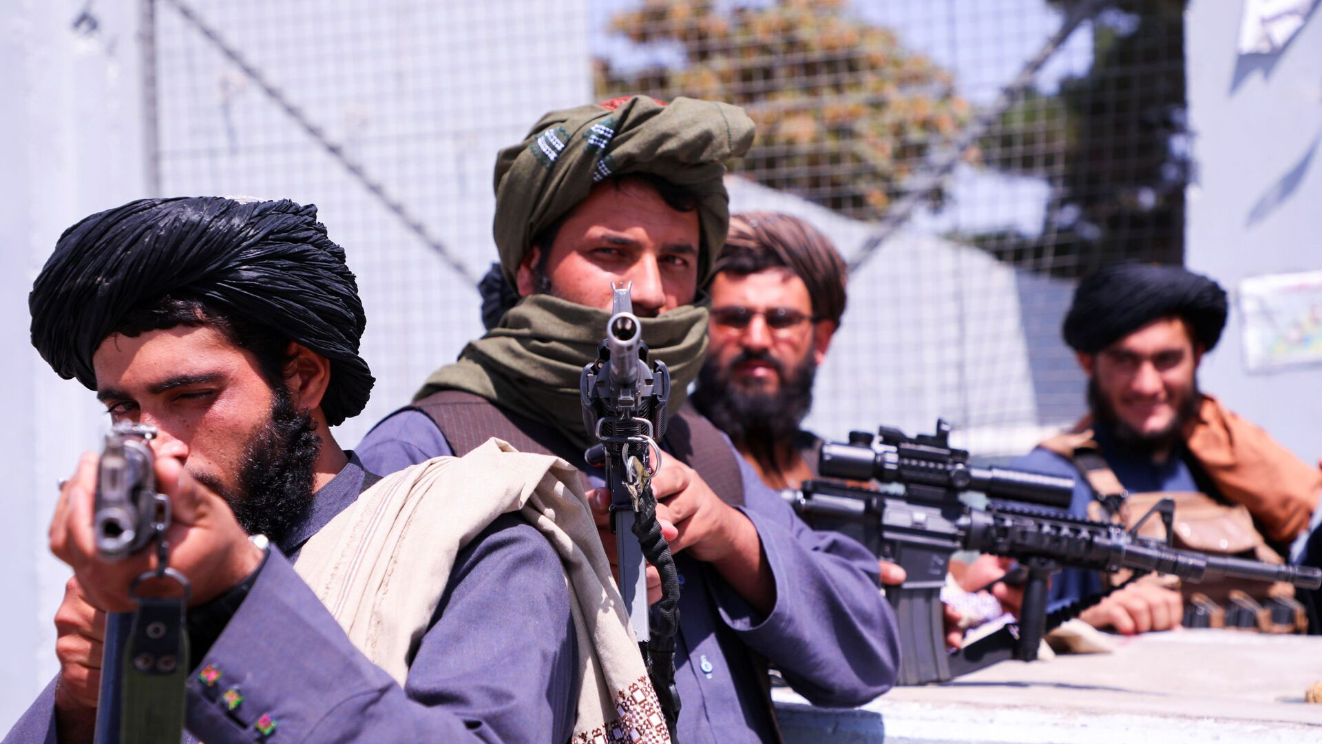 Taliban forces stand guard in front of Hamid Karzai International Airport in Kabul, Afghanistan - Sputnik International, 1920, 07.09.2021