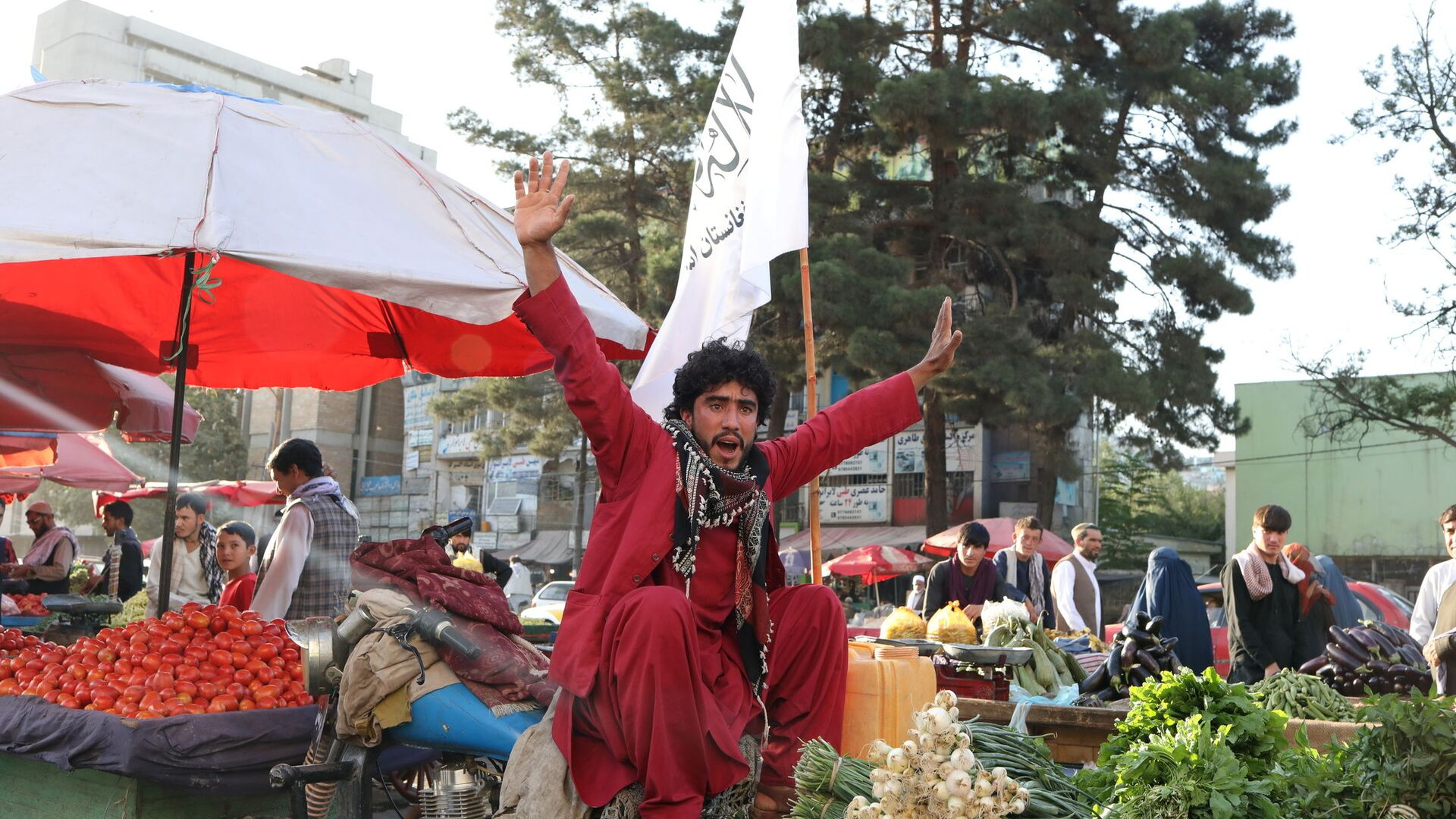 An Afghan street vendor and supporter of the Islamic Emirate of Afghanistan chants in support of the Taliban in Kabul, Afghanistan September 1, 2021.  - Sputnik International, 1920, 04.09.2021