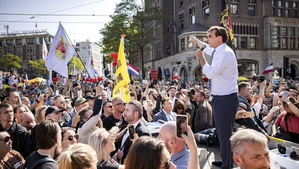 Leader of the Forum for Democracy (FVD) Dutch party Thierry Baudet addresses protesters at Dam Square in Amsterdam, The Netherlands, during the Together for the Netherlands demonstration, protest against the freedom-restricting corona measures and medical apartheid, on September 5, 2021.  - Sputnik International