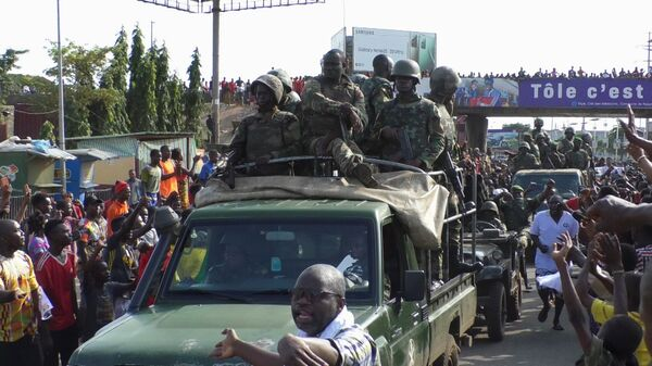 Residents cheer at army soldiers as they celebrate the uprising in Conakry, Guinea September 5, 2021. - Sputnik International