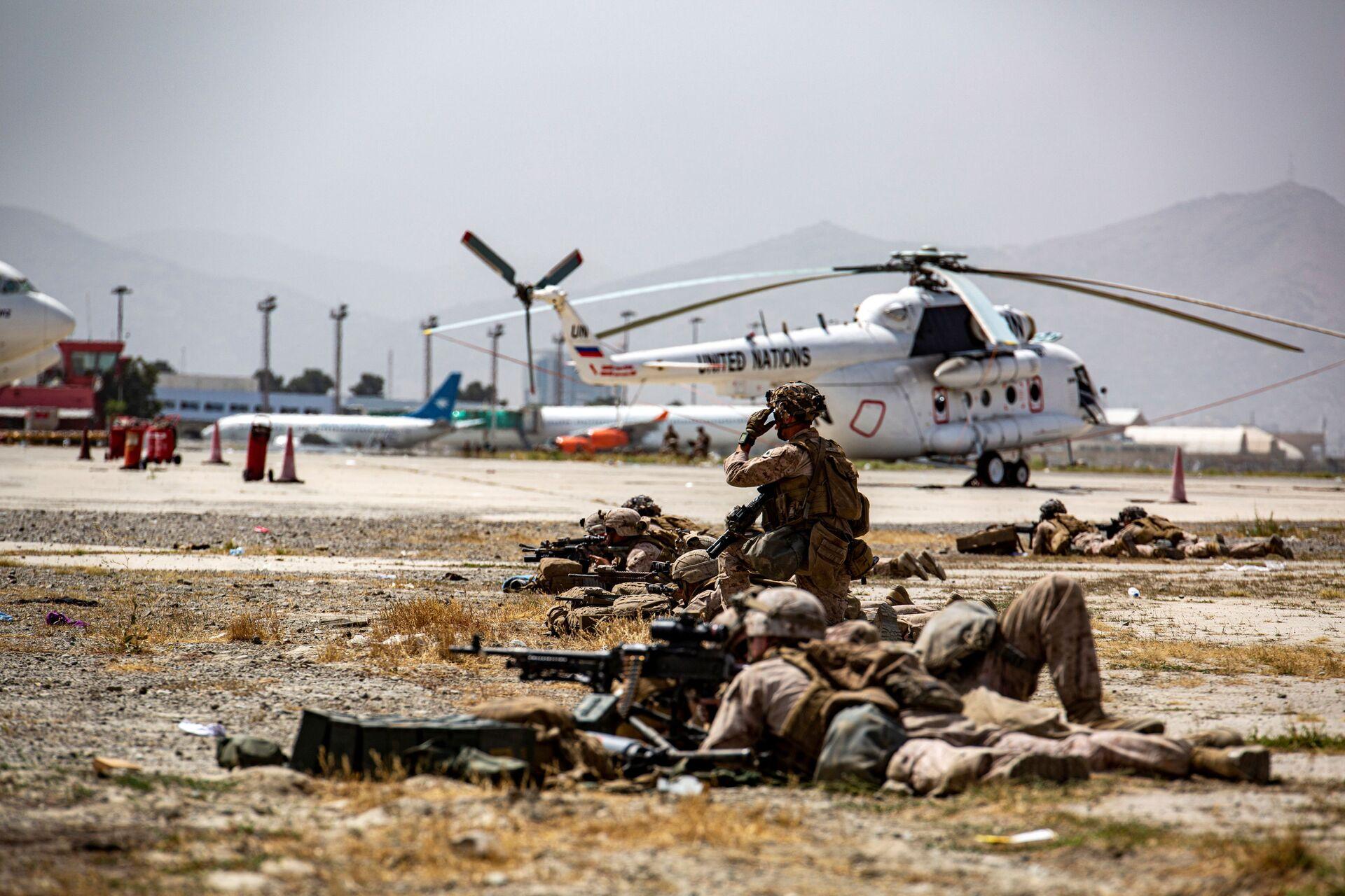 US Marines keep watch during an evacuation at Hamid Karzai International Airport, Kabul, Afghanistan, August 18, 2021 - Sputnik International, 1920, 07.09.2021
