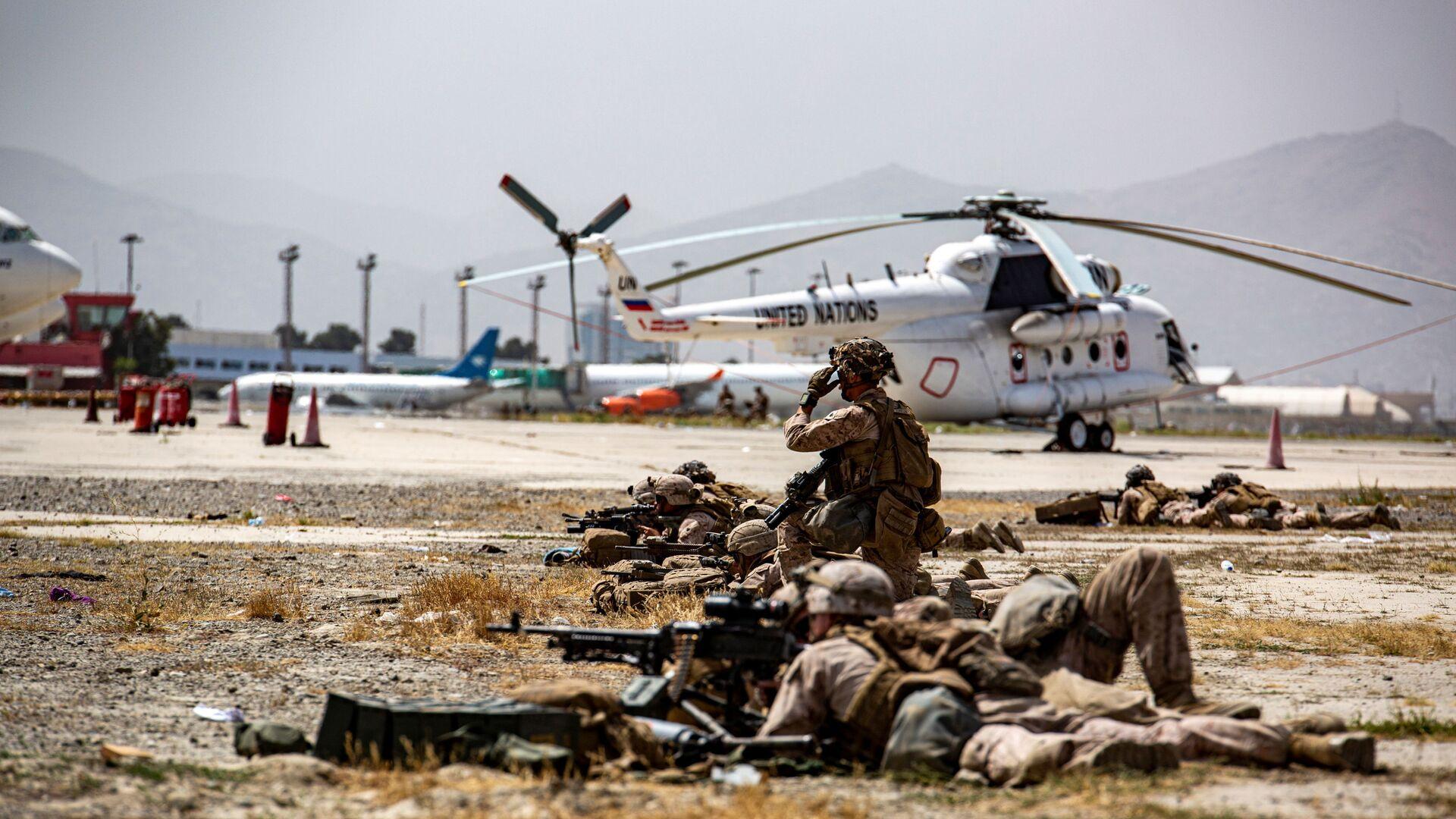 US Marines keep watch during an evacuation at Hamid Karzai International Airport, Kabul, Afghanistan, 18 August 2021 - Sputnik International, 1920, 06.09.2021