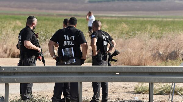 Israeli security personnel stand together during searches outside Gilboa prison after six Palestinian militants broke out of it in north Israel September 6, 2021 - Sputnik International