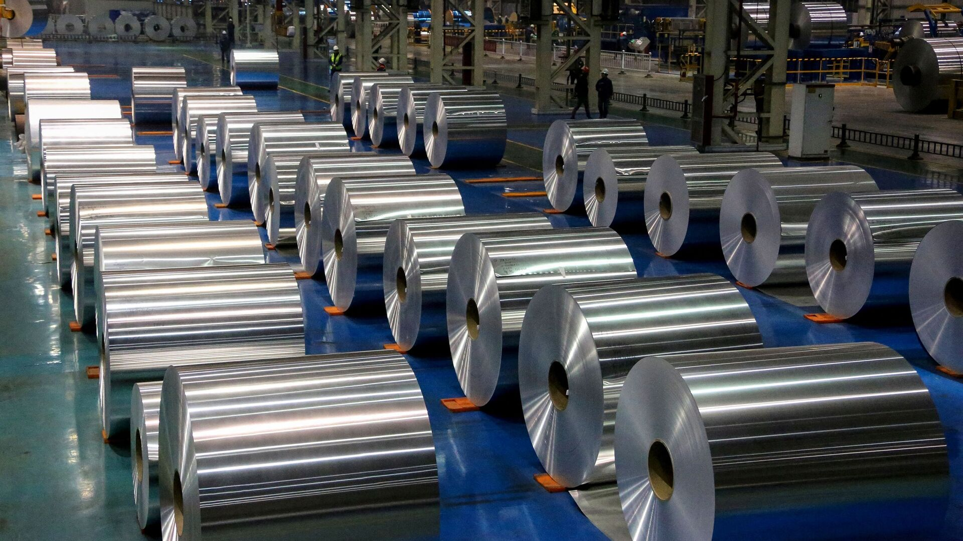 This picture taken on 23 November 2019 shows rolls of aluminium at a factory in Zouping in China's eastern Shandong province - Sputnik International, 1920, 06.09.2021