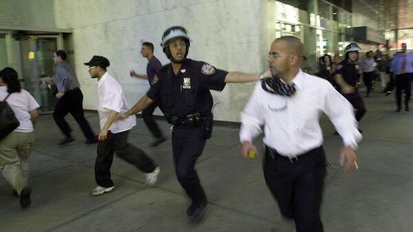 Люди бегут во время обрушения верхних этажей башни Всемирного торгового центра в Нью-Йорке  - Sputnik International