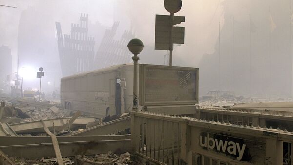 Разрушенные вход в метро и автобус у Всемирного торгового центра после теракта в Нью-Йорке - Sputnik International