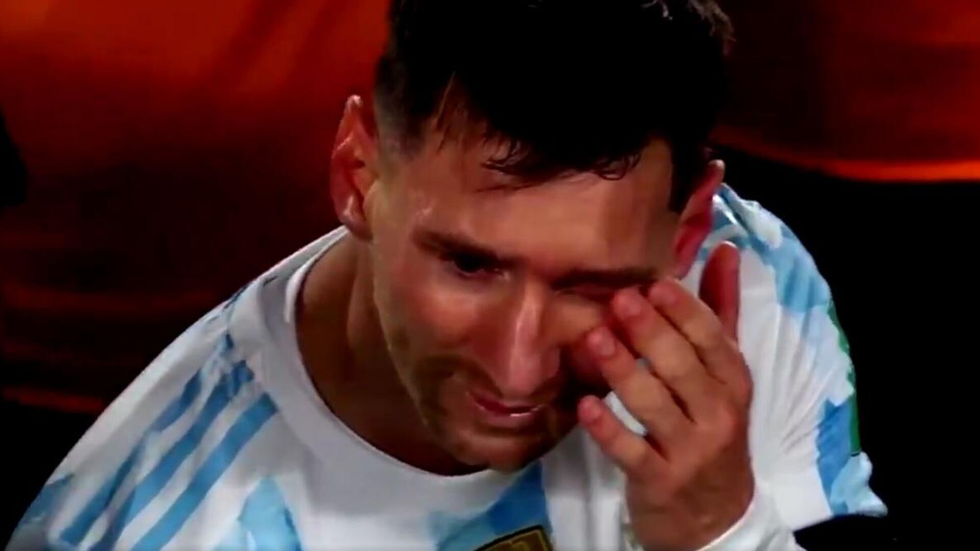Leo Messi crying tears of joy after finally celebrating Copa America with Argentinian people - Sputnik International, 1920, 10.09.2021