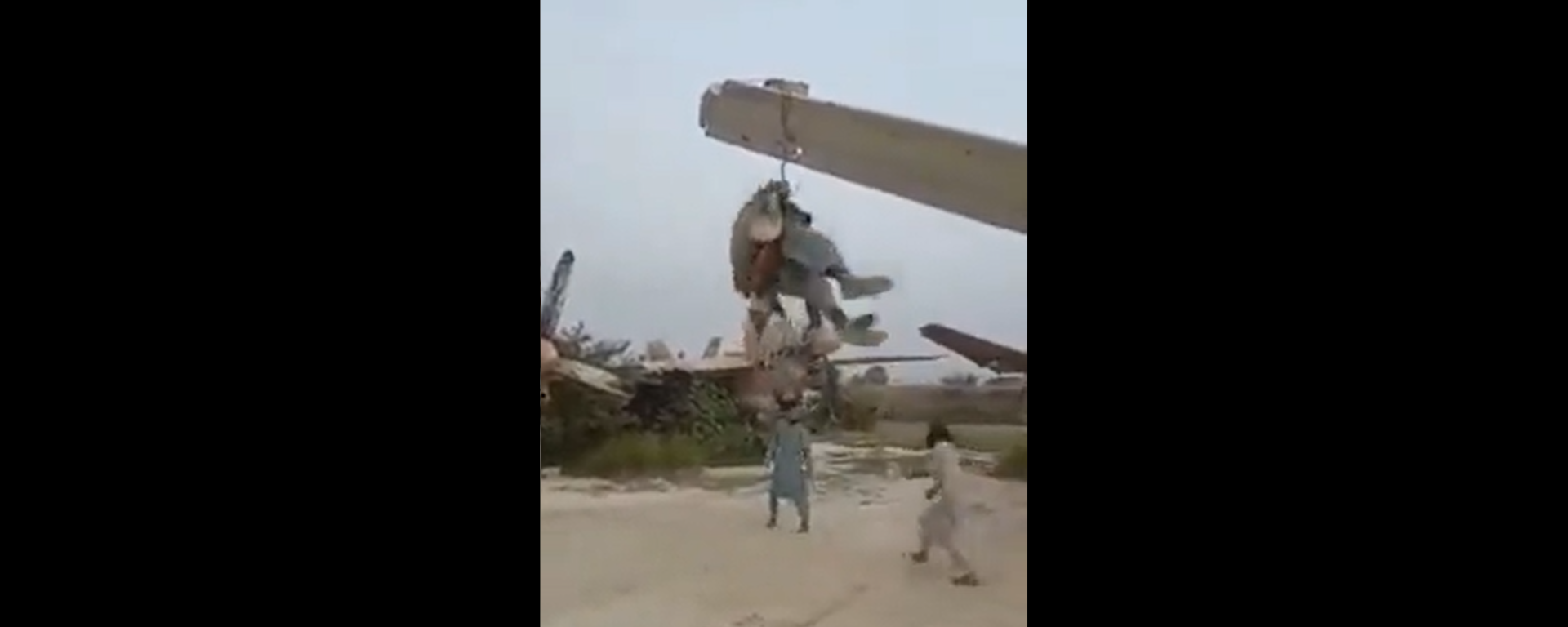 Screenshot from a video allegedly showing the Taliban fighters making a swing on a US military plane - Sputnik International, 1920, 10.09.2021