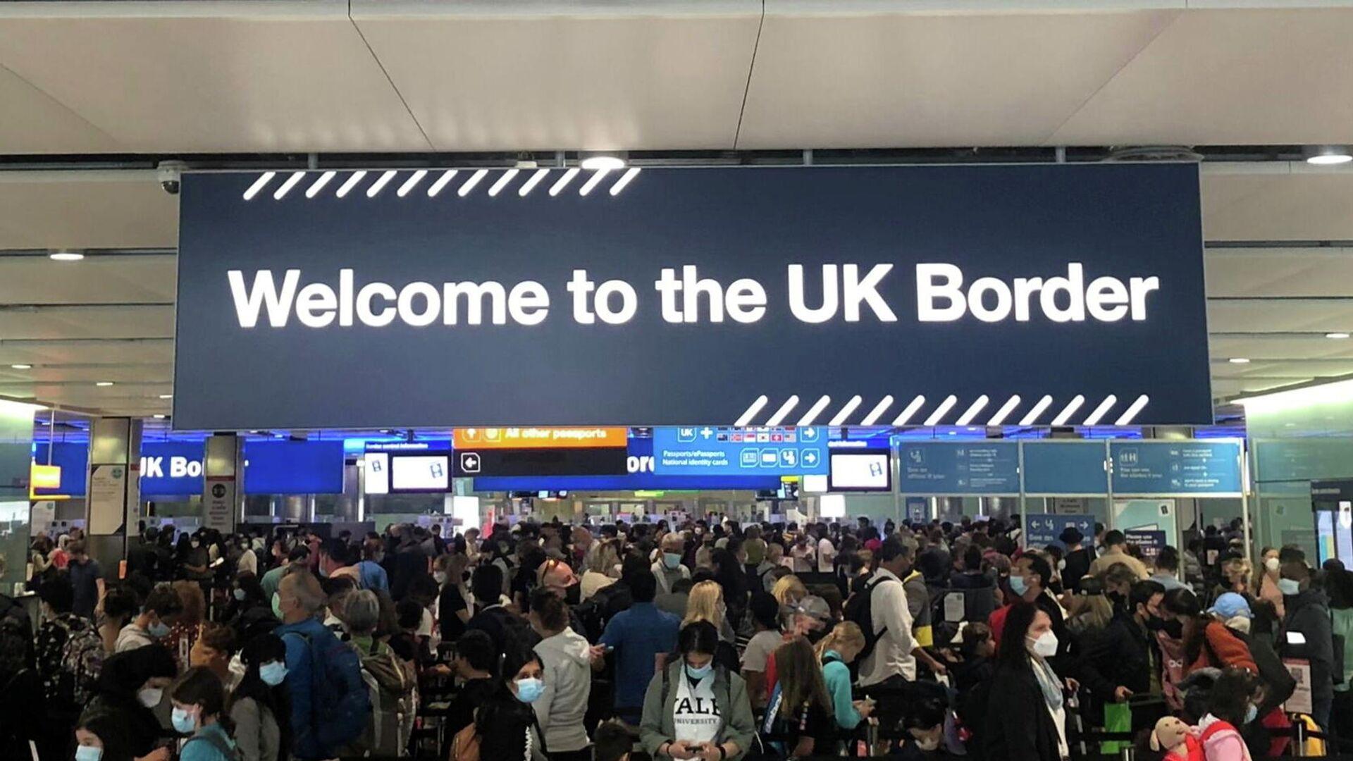 Queues of people wait in line at U.K. citizens arrivals at Heathrow Airport in London, Britain, September 1, 2021. - Sputnik International, 1920, 24.09.2021