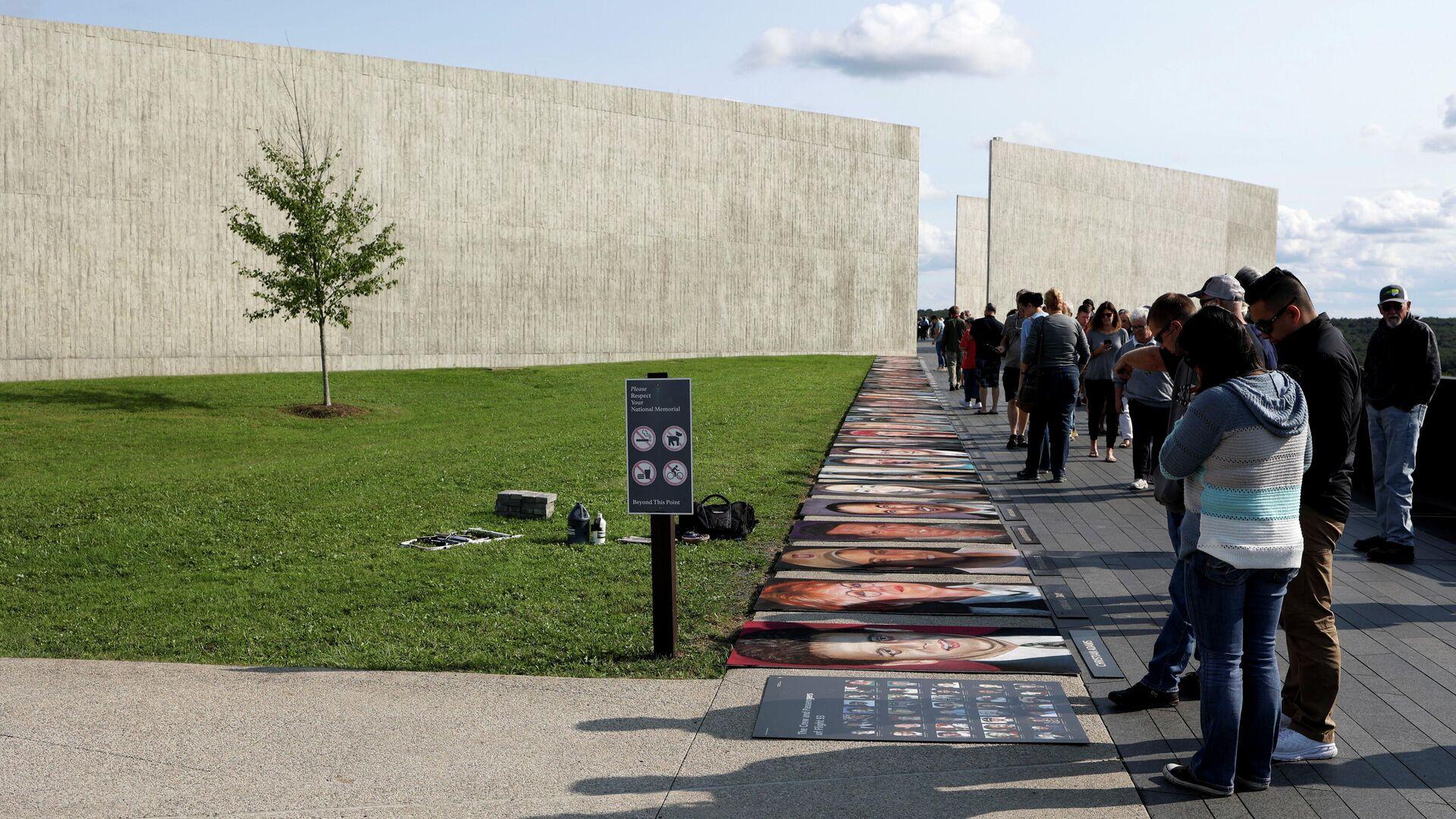 People spend time at the Flight 93 National Memorial near Shanksville, in Stoystown, Pennsylvania, U.S., September 10, 2021.  - Sputnik International, 1920, 11.09.2021