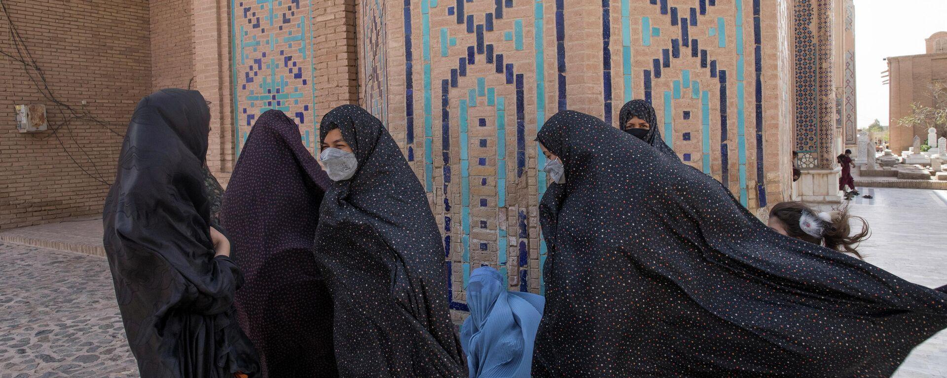 Afghan women walk at a mosque in Herat, Afghanistan September 10, 2021. WANA (West Asia News Agency) - Sputnik International, 1920, 16.09.2021