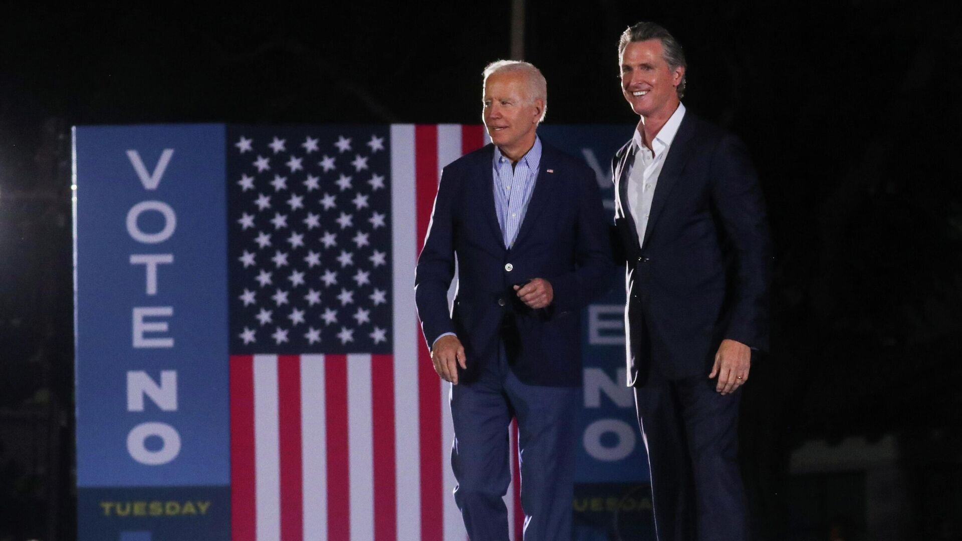 US President Joe Biden walks with California Governor Gavin Newsom at an election rally - Sputnik International, 1920, 14.09.2021