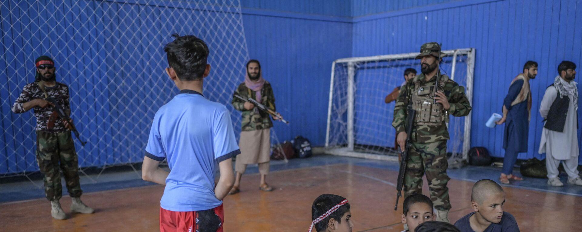 Во время визита директора Талибана по физическому воспитанию и спорту Башира Ахмада Рустамзая в спортзал в Кабуле - Sputnik International, 1920, 15.09.2021