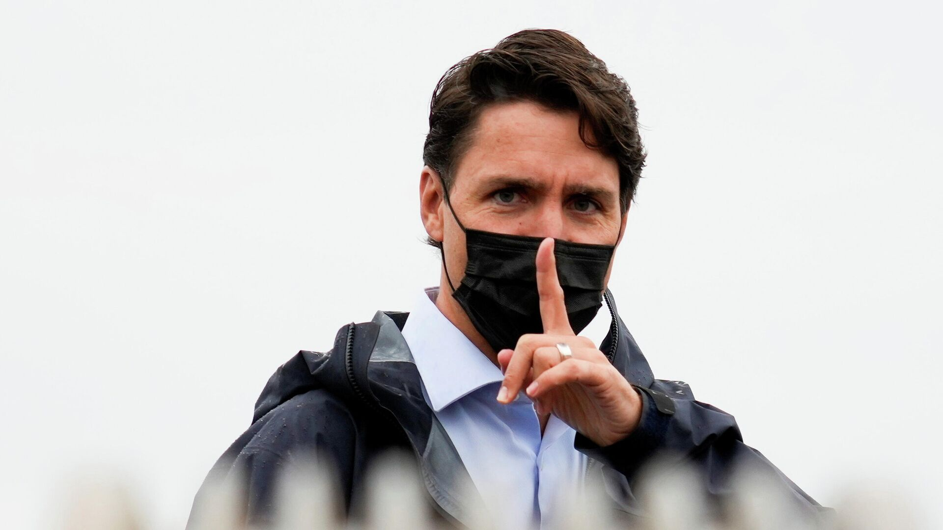 Canada's Prime Minister Justin Trudeau gestures to his staff after an election campaign stop in Richmond, British Columbia Canada September 14, 2021 - Sputnik International, 1920, 15.09.2021