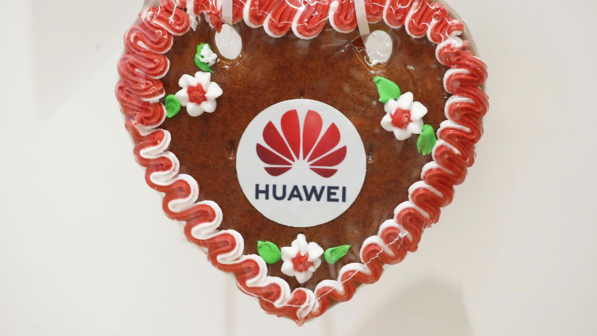 A gingerbread heart of Chinese IT giant HUAWEI is pictured at a two-day party convention of Bavaria's Christian Social Union party (CSU) in Nuremberg, Germany, September 11, 2021. - Sputnik International, 1920, 15.09.2021