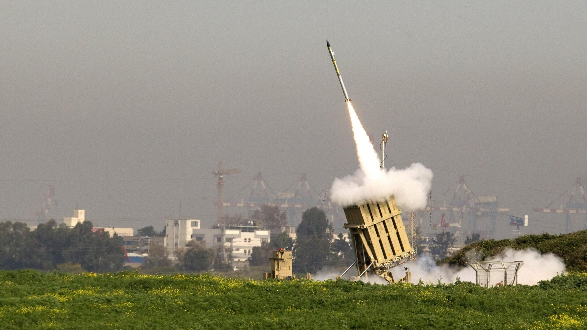An Israeli missile is launched from the Iron Dome missile system in the city of Ashdod in response to a rocket launch from the nearby Palestinian Gaza Strip on March 11, 2012 - Sputnik International, 1920, 23.09.2021