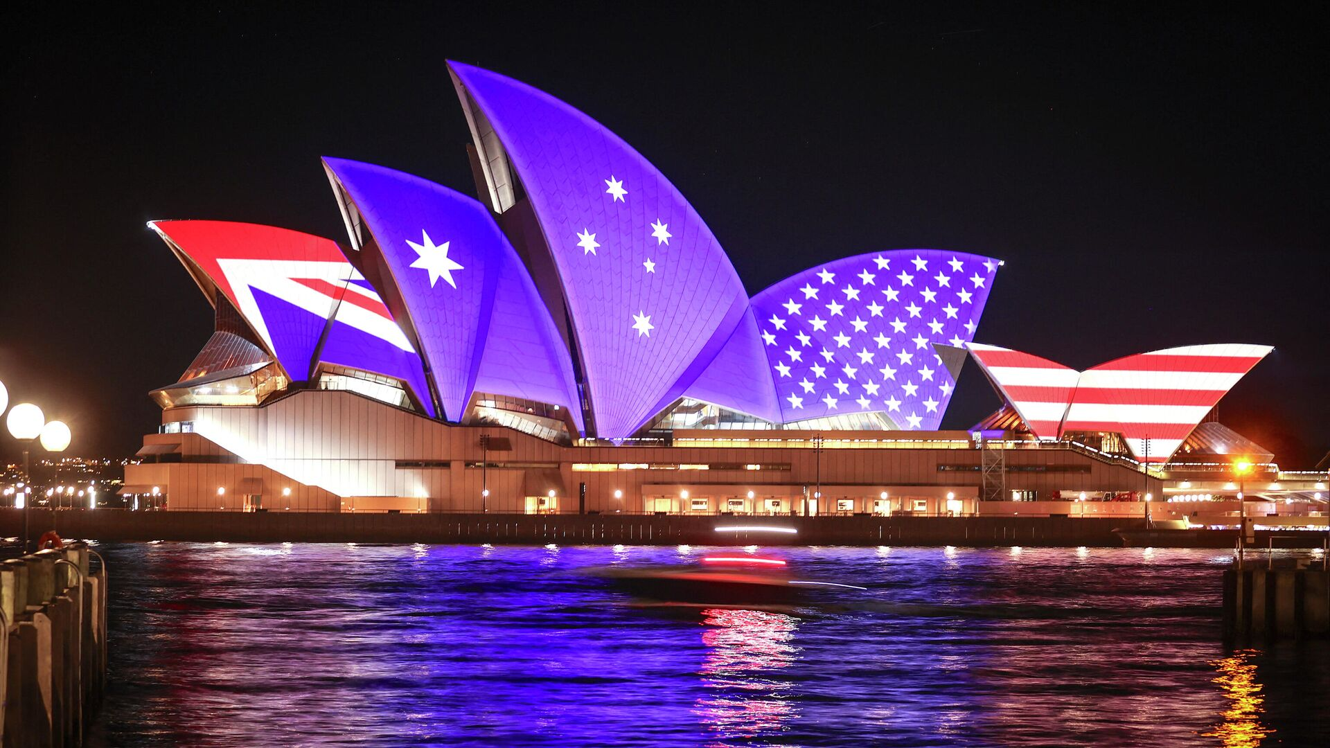 The flags of the US and Australia are projected onto the sails of the Opera House to commemorate the 70th anniversary of the alliance between Australia, New Zealand and the US known as the ANZUS Treaty in Sydney on September 1, 2021 - Sputnik International, 1920, 16.09.2021