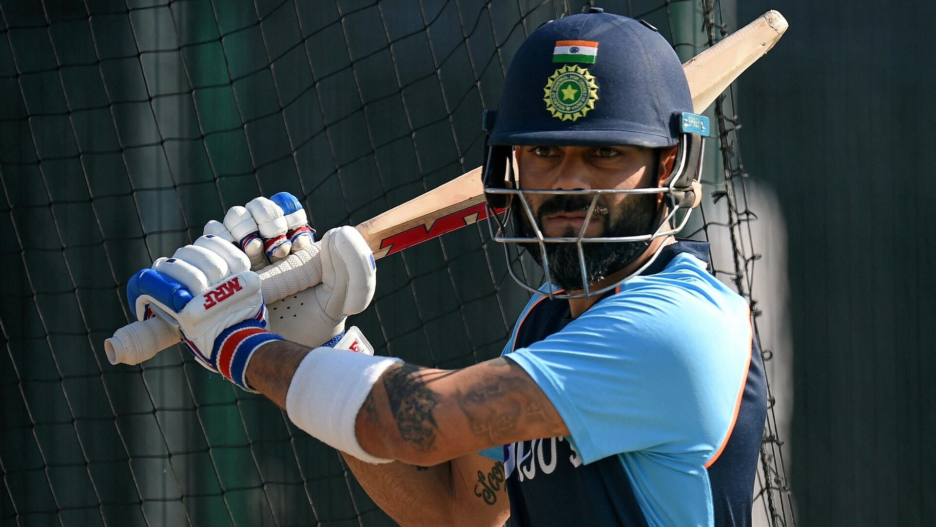 India's captain Virat Kohli attends a team practice session ahead of the fifth cricket Test match between England and India  at Old Trafford in Manchester, north-west England on September 8, 2021 - Sputnik International, 1920, 16.09.2021