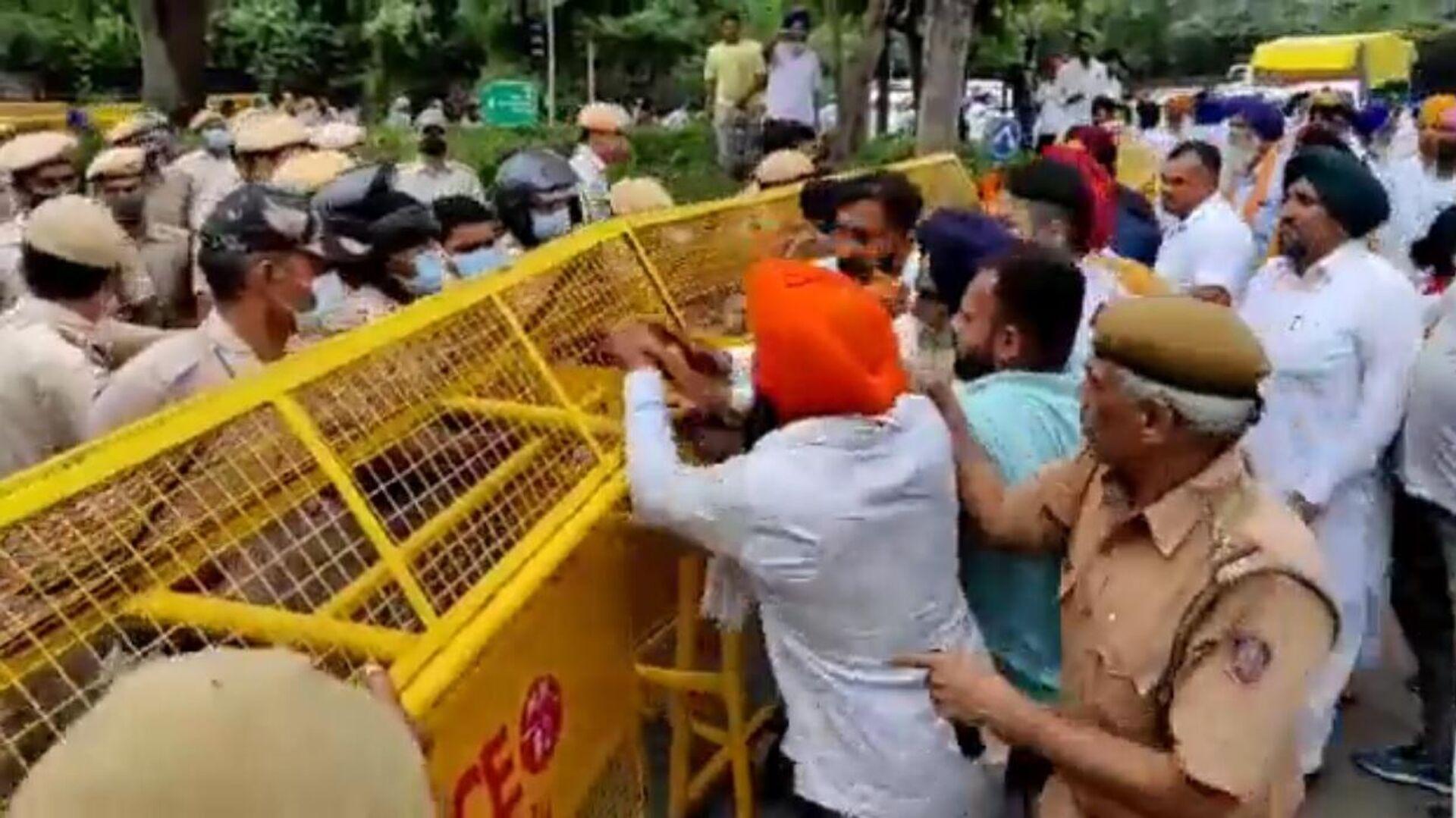Punjab political activists clash with police in Delhi during anti-farm laws protest - Sputnik International, 1920, 17.09.2021